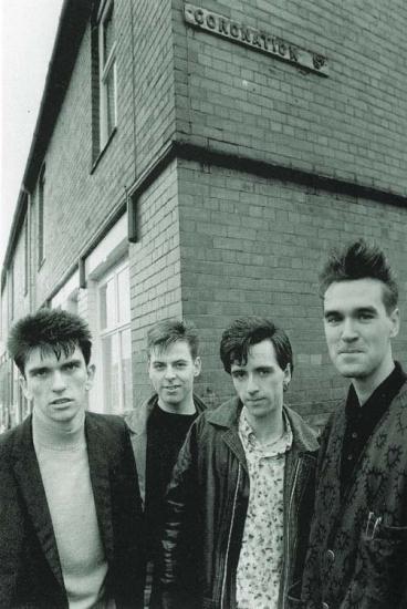 Desde la izquierda: Mike Joyce (bataca), Andy Rourke (tololoche eléctrico), Johnny Marr (liras y teclas), Morrissey (la cantada).