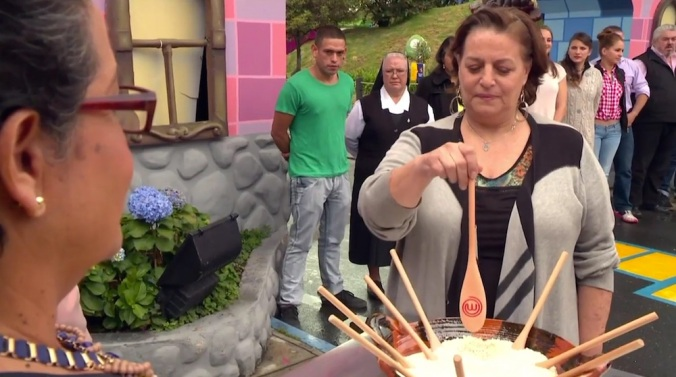 Quemen esas cucharas para que Alan se caliente al fuego, esos pezones le van a perforar la camiseta.