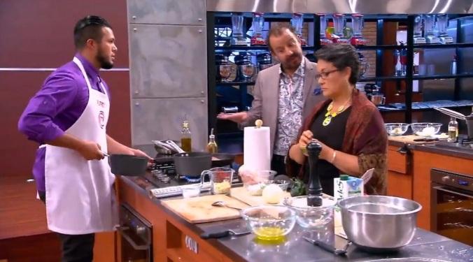 Benito Molina demuestra un complicado paso de baile a OILfredo y chef Betty.